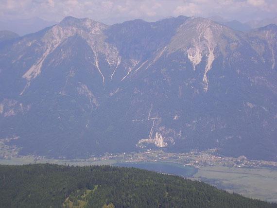 Vom Gipfel aus nach Norden hin sieht man den Presseggersee tief unten im Gailtal (560m) sowie den Spitzegel (2119m) hoch darüber
