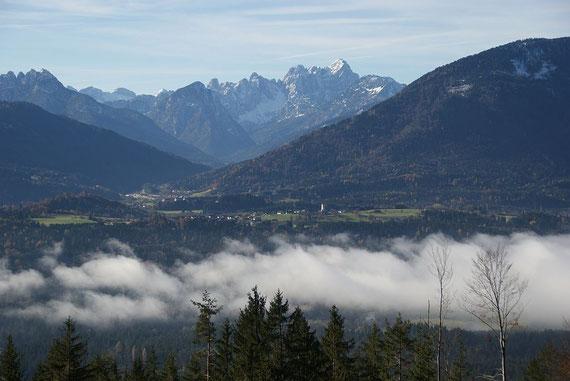 Beim Aufstieg der Blick über das Gailtal nach Hohenthurn, im Hintergrund die Julischen Alpen mit der Wischberggruppe