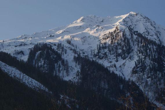 Schon vom Alpenheim aus zeigt sich der Gipfel, am linken Bildrand kann man den Kahlschlag erkennen, über welchen man den Aufstieg etwas abkürzen kann.