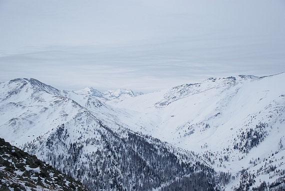 Die Gipfel sind stark abgeblasen, so auch das nahe Stubeck (links) oder auch das Faschaunereck (rechts)