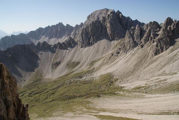 Der Blick zurück hinunter auf den Almboden. Links im Bild das Hallebachtörl, man kann sogar den Steig erkennen, welcher durch die großen Schuttfelder zieht.