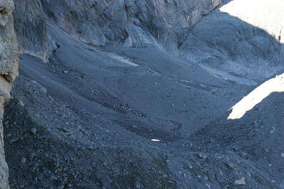 Blick von Osten über den stark schuttbedeckten Gletscher