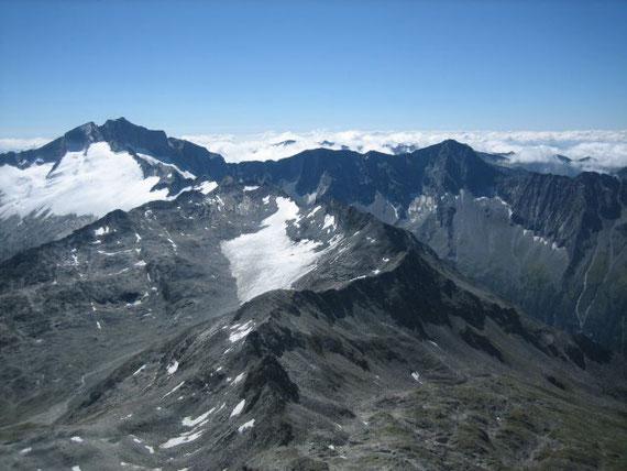 Nach Osten hin präsentiert sich die Hochalm (3360m) mit dem Detmolder Grat zum Säuleck (3096m) hin