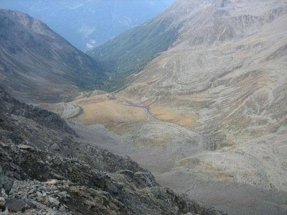 Blick vom Gipfel hinunter zur Hochschoberhütte, die von drei fossilen Blockgletscher umrahmt wird