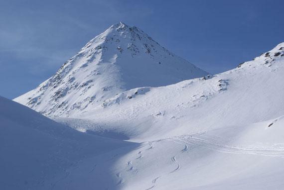 Nach dem Graben zeigt sich der Gipfelaufbau; links liegt das Peischlachkesselkees, rechts führt die Aufsteigsroute