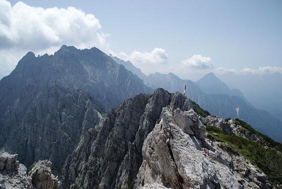 Vom Gipfel der Blick hinüber zum großen Bruder dem Monte Chiavals