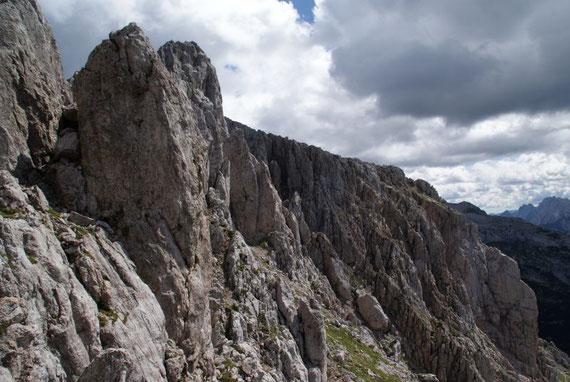 Der Weg in der steilen Südflanke, im Hintergrund ist schon gut die sperrende Felswand mit dem darüber liegenden Gipfelplateau zu erkennen
