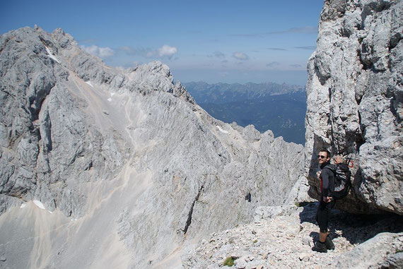 Felskanzel beim Weg hinauf zum Grintovec, Blick zurück auf den Gratverlauf und die Kocna (links). Im Hintergrund die Koschuta