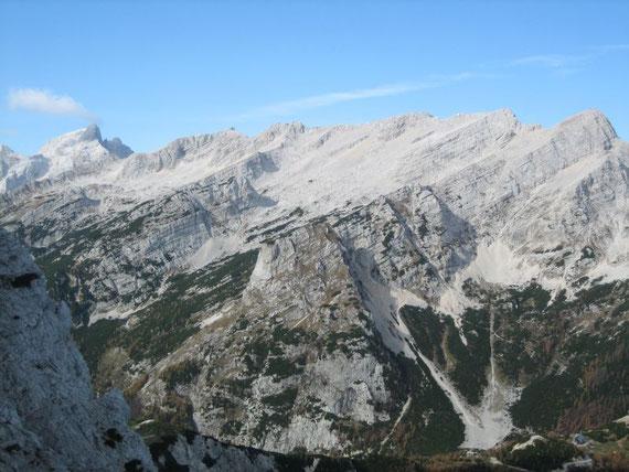Blick aus der Nordwand nach Westen zur Mojstrovka (2372m), einer der beliebsten Schitourenberge in Slowenien
