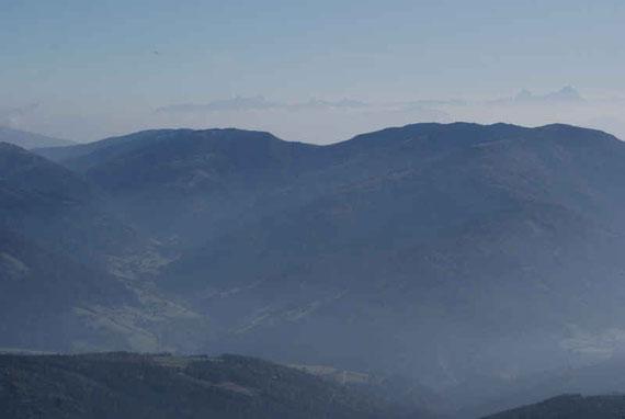 Im Süden zeigen sich am Horizont die Julischen Alpen, im Vordergrund die Millstätter Alm