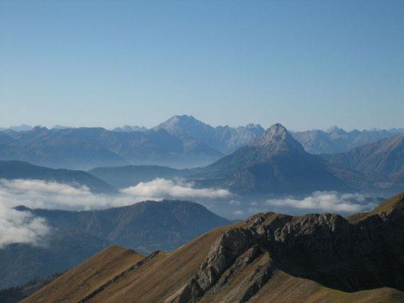 Am Gipfel der Eckwand war es einfach nur traumhaft schön. Die Sichtweite betrug über 100km. Der Blick nach Südenwesten auf die Kellerwand (2778m) und das darin eingebettete Eiskar (im Schatten) sowie rechts davon im Vordergrund auf den Reißkofel (2371m)