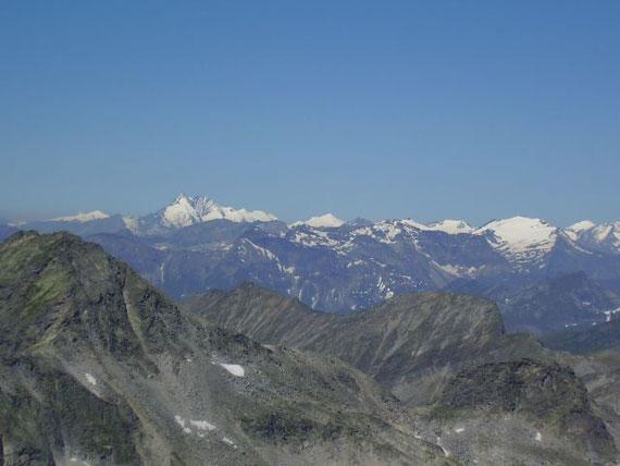 Im Westen zeigt sich der Großglockner (3798m) samt Begleitern wie z.B. Großvenediger (3666m, links)