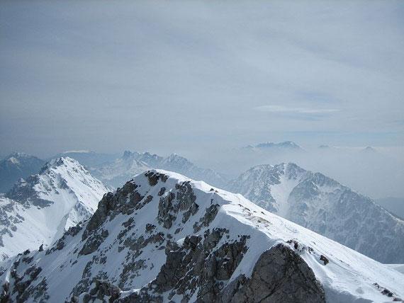 Von links nach rechts: Hochobir, Vertaschta, Petzen (im Hintergrund), Koschuta (im Vordergrund der Ostgipfel des Hochstuhls), Veliki Vrh, Steiner Alpen (Im Hintergrund)