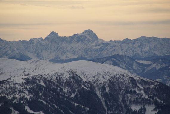 Vom Gipfel aus hat man einen wunderbaren Blick in die Julischen Alpen, im Bild der Mangart und der Jalovec