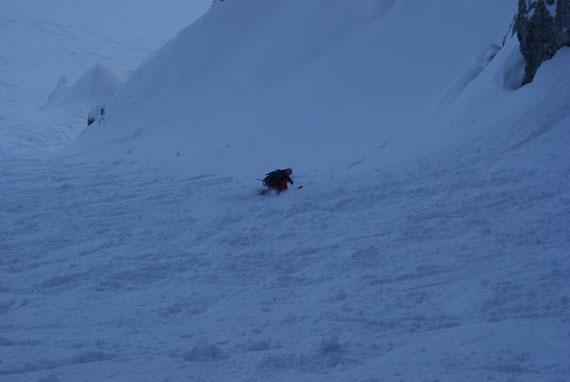 Steilabfahrt durch die Rinne ins weite Kar