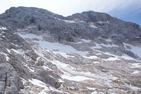 Die kümmerlichen Reste des Triglav Gletschers mit dem Gipfel (rechts)
