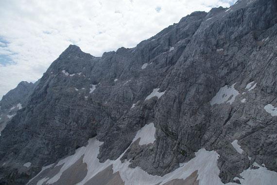 Die eindrucksvolle Nordwand; der Abstieg endet in der Bildmitte unten, wo das Schneefeld in einer schmalen Rinne aufwärts zieht