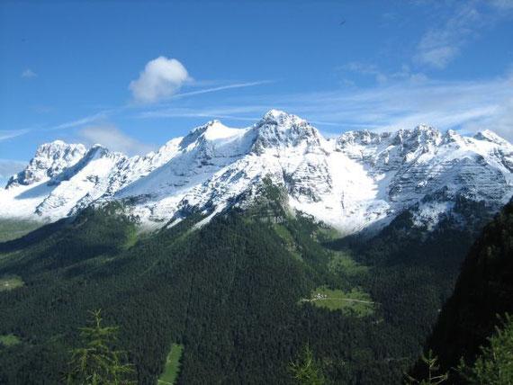 Bei blauem Himmel wirkte der Kontrast mit dem weißen Schnee und den grünen Almen einfach wunderbar. Von links nach rechts: Montasch (2753m), Terrarossa (2420m), Fornon und Mondeon del Buinz (2531 und 2554m), Kastreinspitzen (2502m) und Wischberg (2666)