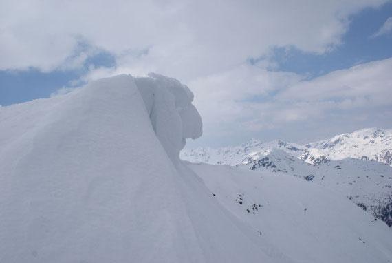 Der Gipfelgrat ist etwas überwächtet, hier der Blick nach Westen Richtung Kreuzeck