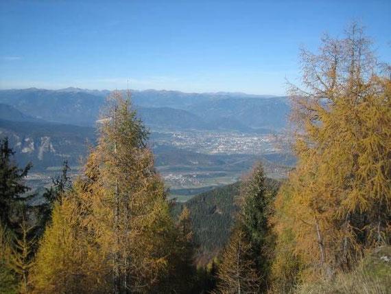 Beim Aufstieg der Blick hinunter nach Villach, im Hintergrund die Nockberge