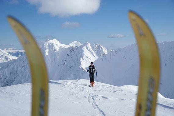 Die letzten Meter zum Gipfel mit dem Schroneck im Hintergrund