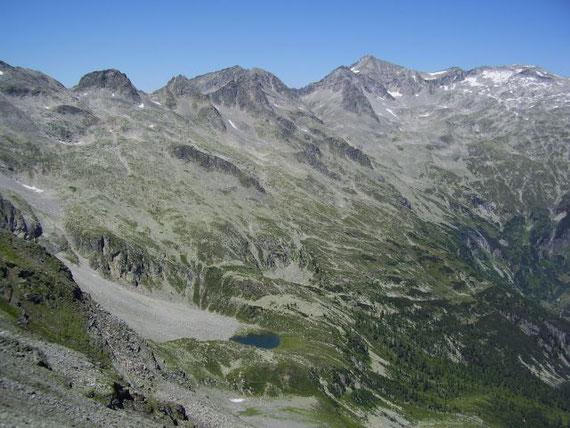 Beim Abstieg ein Blick zum Schwalbensee (2115m), im Hintergrund die Pfaffenberger Nocken sowie das Säuleck (rechts)