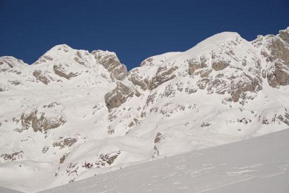Zum ersten Mal zeigt sich die Kellerwarte (links der Mitte), der Aufstieg erfolgt direkt über die Südflanke