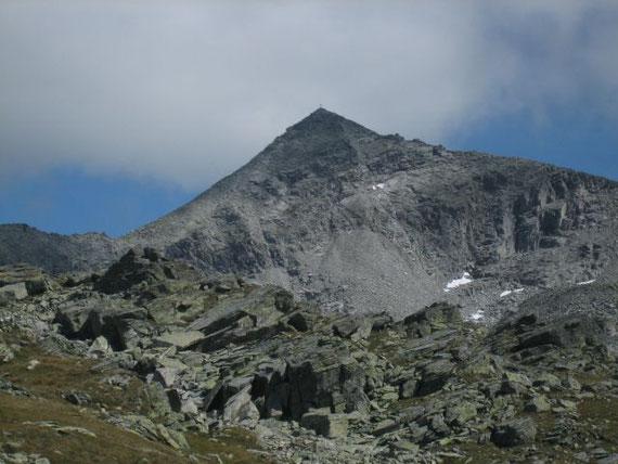 Der Gamskarlspitz von der Mindener Hütte aus aufgenommen, der Aufstieg erfolgt über den Grat (rechts im Bild)