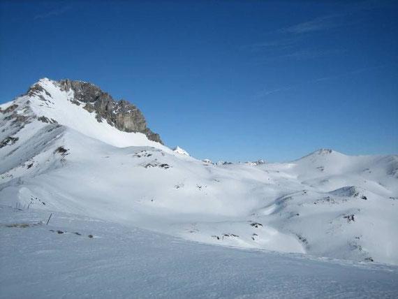 Nach Nordosten erheben sich die Stampferwand (2342m) und die Gebrein Spitze (2167m, flache Kuppe rechts)