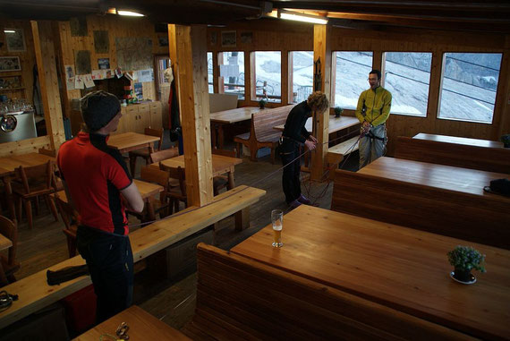 Gletschertrockentraining in der Hütte. Es ist Sonntagabend und wir sind die einzigen Gäste; am Vorabend war sie restlich ausgebucht.
