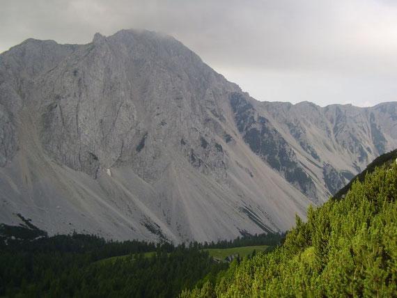 Blick zurück zur Hütte (am Waldrand) und dem Hochstuhl