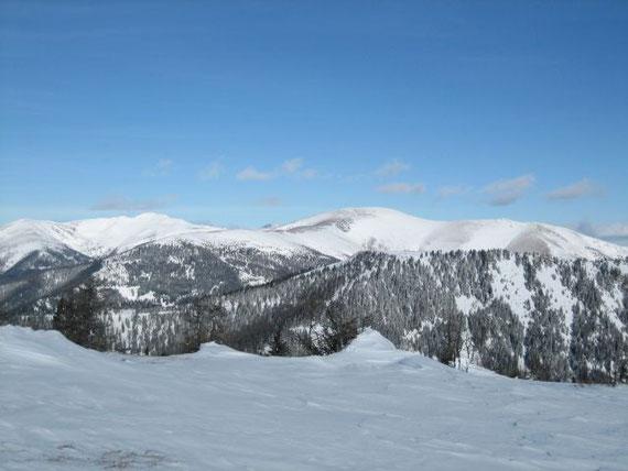 Die Gipfel der Nockberge sind oft abgeblasen, in den Leelagen ist daher die Schneebrettgefahr recht groß