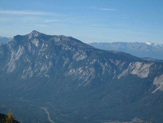 Beim Abstieg der Blick nach Norden zum Dobratsch (2167m) und der Hochalmspitze (3360m, rechts)