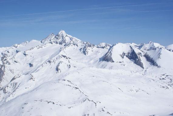 Vom Gipfel aus präsentiert sich der Großglockner nochmals in seiner vollen Pracht. Des weiteren öffnet sich aber auch der Blick in den Eiskeller (einem kleinen Gletscher unterhalb des Schwertecks).