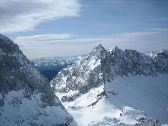 Der Blick hinunter zum Wolayer See und der Wolayer See Hütte (früher Ed. Pichl Hütte) mit dem Seekopf (2554m)