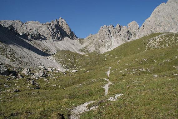 Blick über die Almböden zum Kühbodentörl. Der Weiterweg führt zunächst Richtung Kühbodentörl, zieht dann aber nach rechts weg.