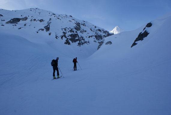 Beim Peischlachtörl knapp vor dem Graben, durch welchen es Richtung Gipfel geht (Hintergrund)