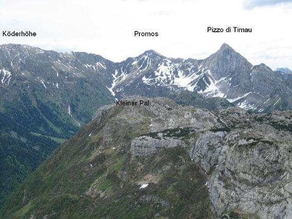 Der Blick nach Osten hin: Köderhöhe (2228m), Kleiner Pal (1867m), Promos (2195m) und Pizzo di Timau (2217m)
