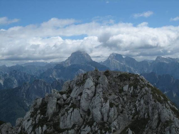 Im Osten zeigen sich Mangart (2677m) und Jalovec (2643m)