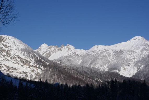 Die Tour verläuft meist im Schatten, die Gipfel in der Umgebung (hier der Mittagskofel und die Due Pizzi) glänzen im Sonnenlicht