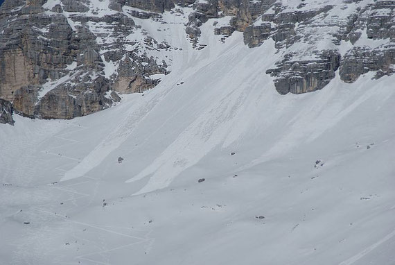 Die Abfahrtsspur (zwischen den Lawinen), links daneben die Aufstiegsspur