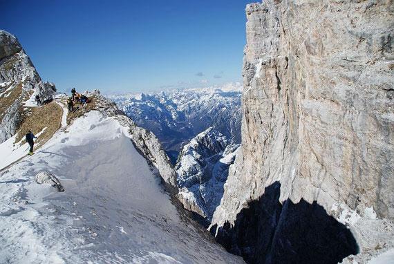 Der Blick nach Westen von der Forca dei Disteis, ganz rechts im Bild der Collin und die Kellerwarte