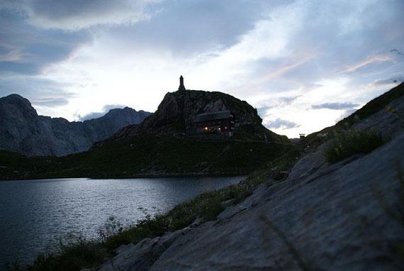 Zurück beim See leuchtet mir die Hütte entgegen