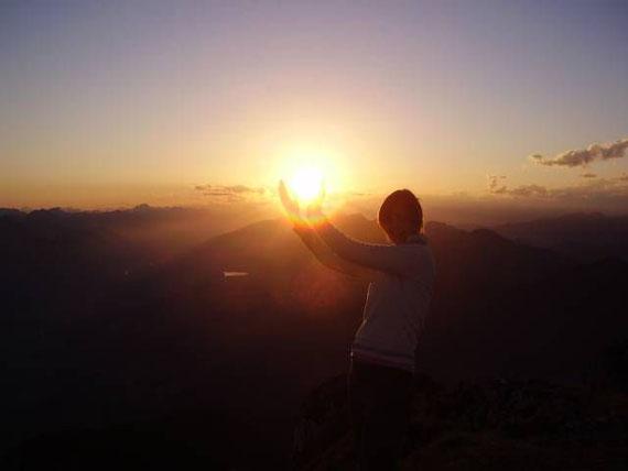 Der Blick nach Westen, die untergehende Sonne in Händen haltend. Im Tal kann man den Pressegger See erkennen