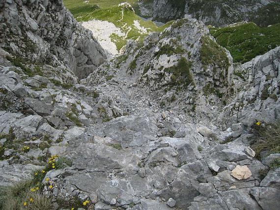 Tiefblick über die Felsenpassage hinunter