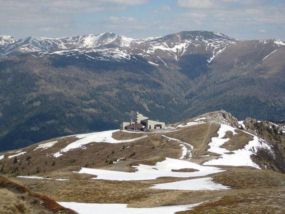 Direkt unterhalb des Gipfels liegt die Kaiserburg, im Hintergrund kann man die Moschelitzen sowie den Klomnock erkennen