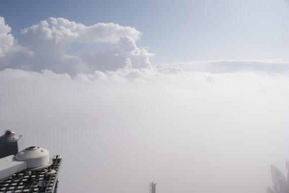 Am Turm des Observatoriums, für 1 Minute über dem Nebel