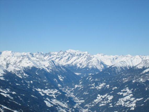 Der Großvenediger (3666m, kleiner weißer Spitz in der Bildmitte)