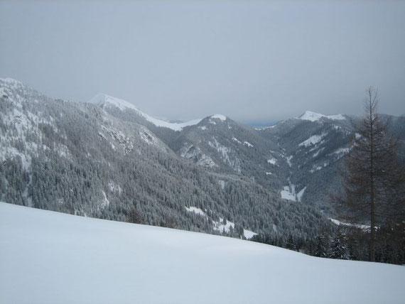 Während des Aufstiegs der Blick nach Osten hin auf die Feistritzer Alm (1722) und den Oisternig (2052m)
