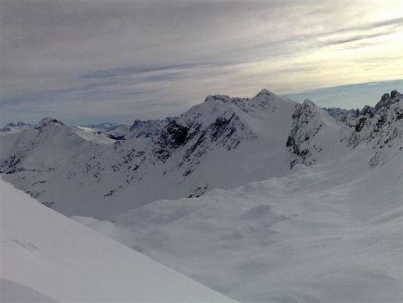 Vom Sattel zeigen sich im Osten das Filmoor sowie das Wildkarlegg (2532m)